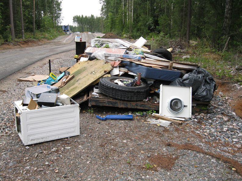 Helsingin Alppikylästä löytyi laiton kaatopaikka. Kuva: Petri Puttonen/Helsingin kaupungin ympäristökeskus