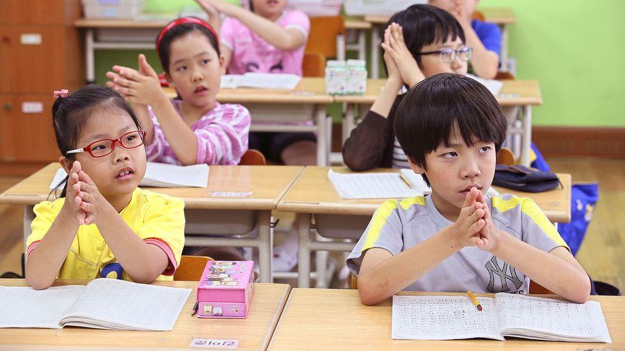 Peruskoululaiset oppitunnilla Soulissa. Kuva: EPA / YONHAP