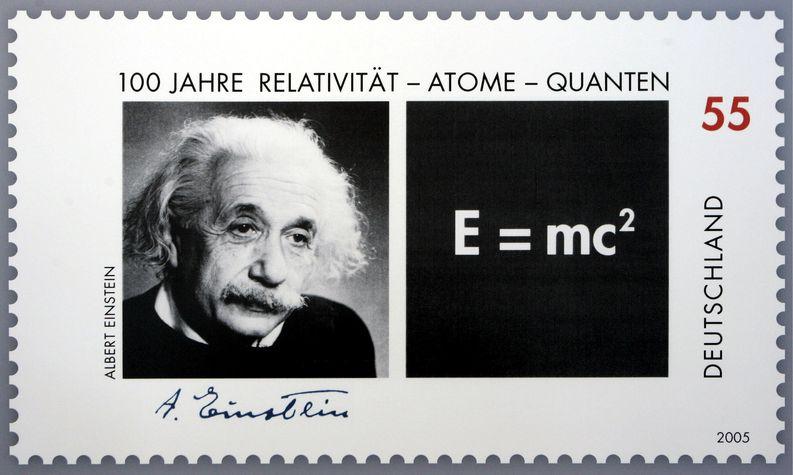 Saksalainen erikoispostimerkki Albert Einsteinista vuodelta 2005. Kuva: EPA/PEER GRIMM