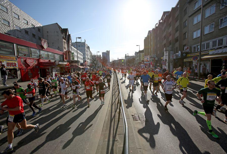 Hampurin maratonilla paistoi aurinko. Kuva: Christian Charisius / EPA