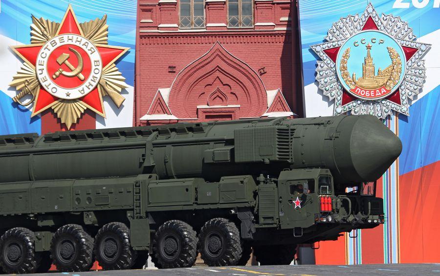 Venäjä esitteli Topol-M-ydinohjusta Moskovassa voitonpäivän paraatissa toukokuussa 2013. Joulukuussa päivitetyssä sotilasdoktriinissa Venäjä määrittelee nykyaikaisiksi sodankäynnin piirteiksi mm. asevoimiin kuulumattomien aseellisten ryhmittymien osallistumisen sotatoimiin.