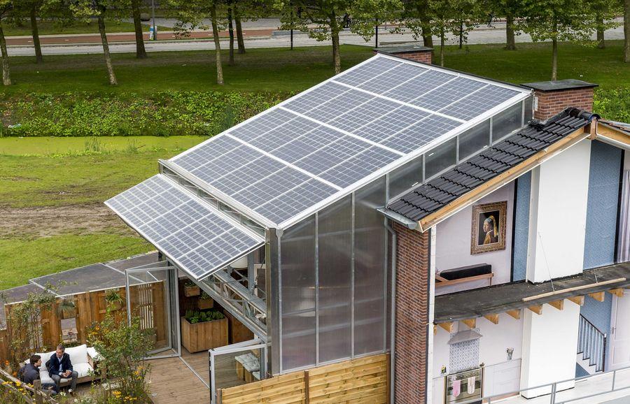 Tulevaisuudessa omakotitalo saattaa olla lähes kokonaan omavarainen aurinkopaneelien avulla. Kuva: Lex van Lieshout/EPA