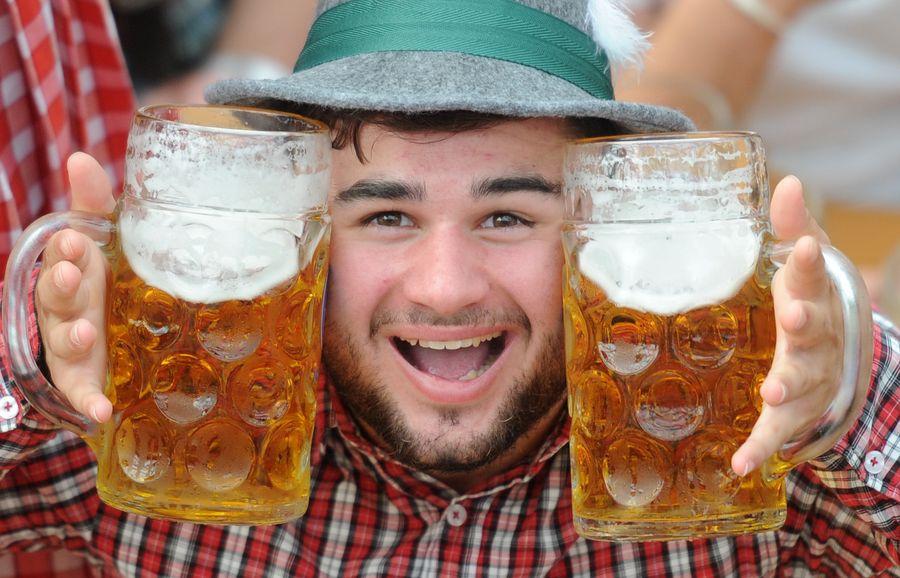 Tämä mies hymyili Oktoberfest-olutfestivaalilla Saksassa 2014. Kuva: EPA