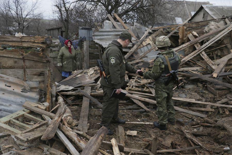 Ukrainalaiset käyvät läpi iskuissa tuhoutuneet rakennuksen raunioita Mariupolissa Ukrainassa 5. helmikuuta 2015. EPA/SERGEY VAGANOV