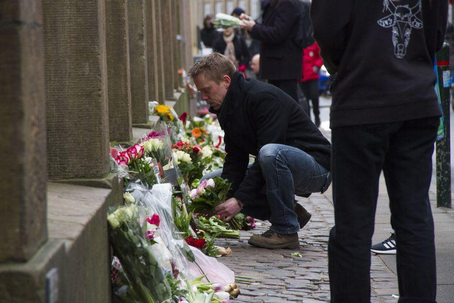 Surevat tanskalaiset toivat kukkia juutalaissynagogan edustalle sunnuntaina. Kuva: EPA/ Freya Ingrid Morales