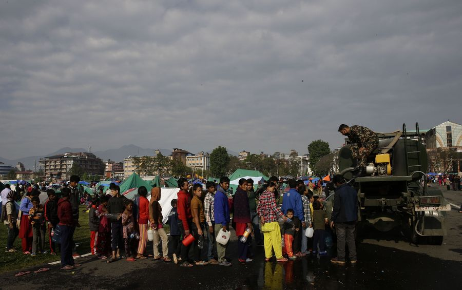 90 prosenttia Nepalin armeijasta keskittyy nyt auttamistyöhön. Tässä armeijan  tankista jaetaan ihmisille vettä. EPA/NARENDRA SHRESTHA