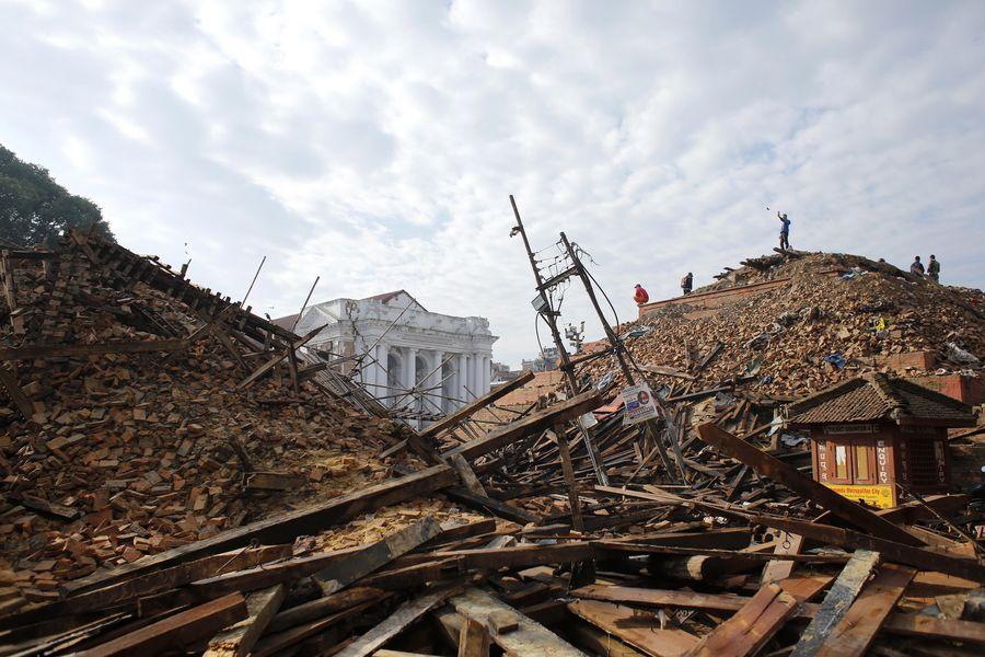 Nepalin pääkaupungissa Kathmandussa maanjäristyksen aiheuttamat tuhot ovat mittavat. EPA/ABIR ABDULLAH