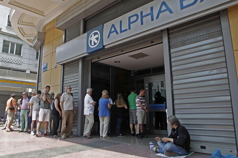 Pankkiautomaatit avataan uudelleen maanantai-iltana. Kuva: EPA / Alexandros Vlachos