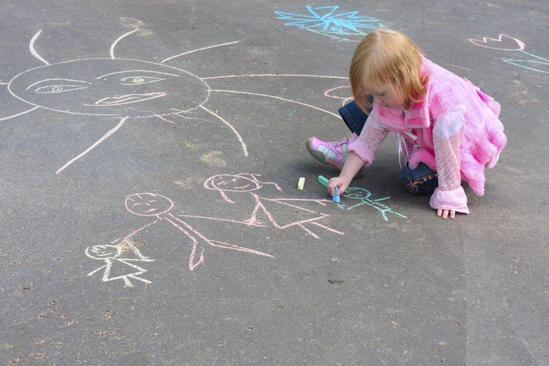 Kuvan lapsi, piirrokset  ja piha eivät liity tapaukseen. Kuva: iStockphoto