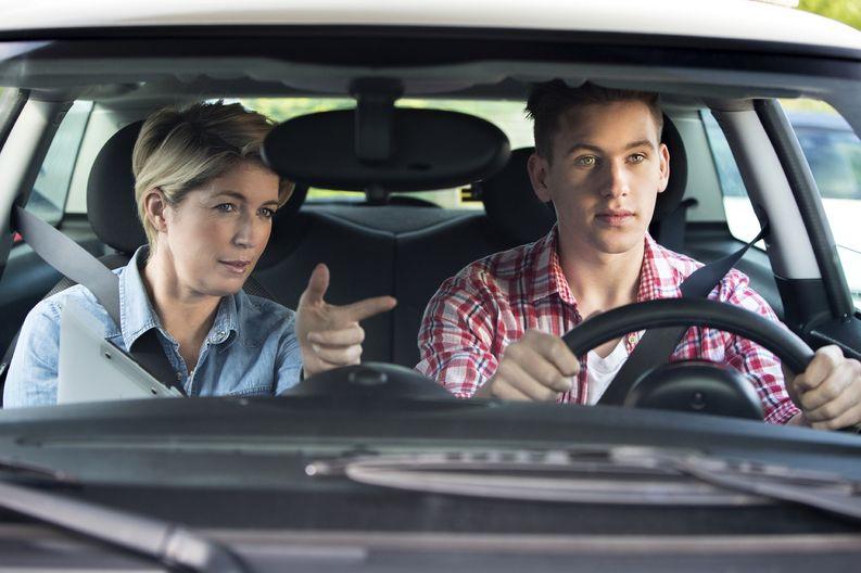 Autokoulun opettajien omissa näyttökokeissa on tavallista, että hyvät ystävät voivat päätyä arvioimaan toisiaan. Kuvan henkilöt eivät liity jutussa kuvattuihin esimerkkeihin. Kuva: IStockPhoto.