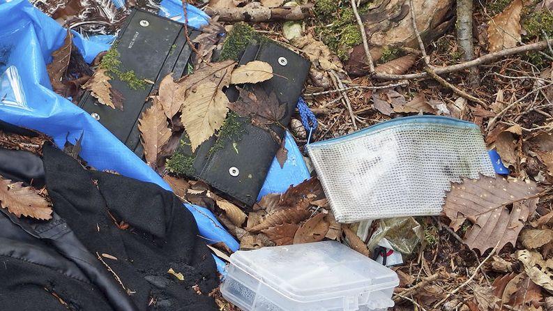 Hylättyjä esineitä metsässä. Kuva: Rens Lohmann/Kioski