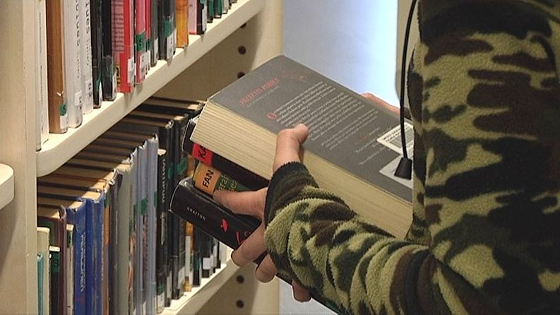 Kirjastojen hyllyistä voi löytyä kirjakätköjä.