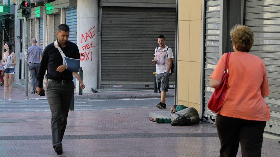 """Väläys kreikkalaisten arjesta kesäkuun lopulla Ateenassa. Seinään on kirjoitettu: """"Ihmiset sanovat EI."""" Kuva: EPA/Orestis Panagiotou."""