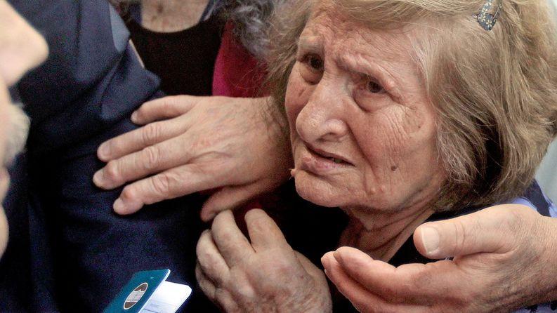Pankkikortittomat vanhukset jonottivat Ateenassa sankoin joukoin pankkiin nostaakseen osan eläkkeestään heinäkuun alussa. Kuva: EPA/Orestis Panagiotou.