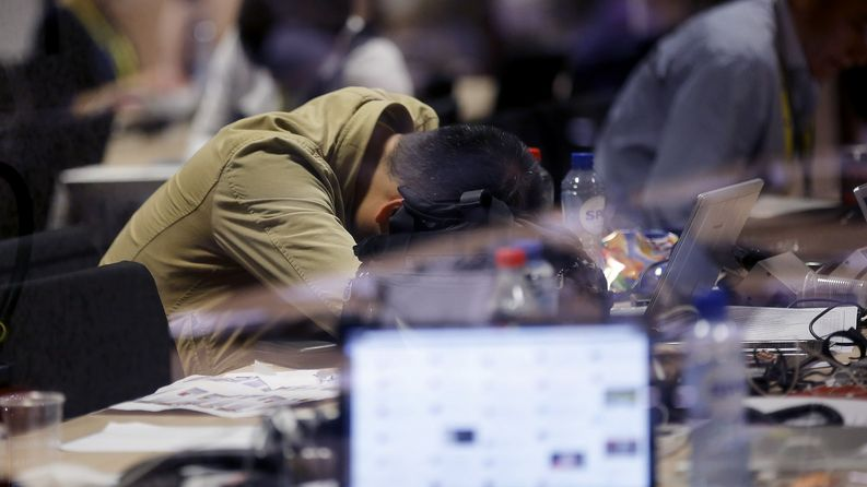 Päätöksiä odotellessa viikkojen univaje iskee missä tahansa. Kuva:EPA/Olivier Hoslet.