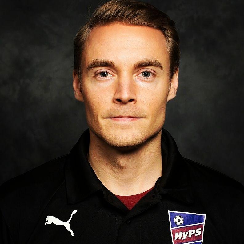 Valmennuspäällikkö Niklas Pippingsköld toivottaa kaikki lapset tervetulleeksi harrastusten ja jalkapallon pariin, vaikka pinkeissä lenkkareissa.