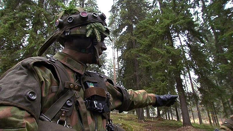 Puolustusvoimien lähettämä reserviläiskirje saapuu tällä viikolla lähes 900 000 suomalaiselle. Siviilipalveluksen käyneitä ei lähestytä samaan tapaan. Kuva: Yle