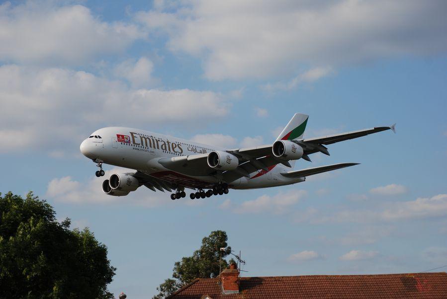 Kone laskeutumassa Heathrowlle, spottaajan paratiisin ylitse. Kuva: Wikipedia Commons.