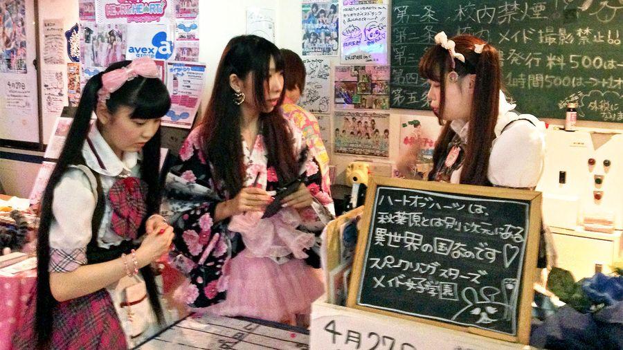 Työntekijät keskustelevat meido-kahvilan tiskillä. Kuva: Karoliina Kantola/Kioski