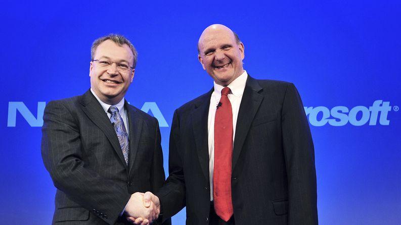 Stephen Elop ja Microsoftin Steve Ballmer puristavat kättä vuonna 2011. Nokian puhelimiin tulee Microsoftin käyttöliittymä. Kuva: EPA / Daniel Deme