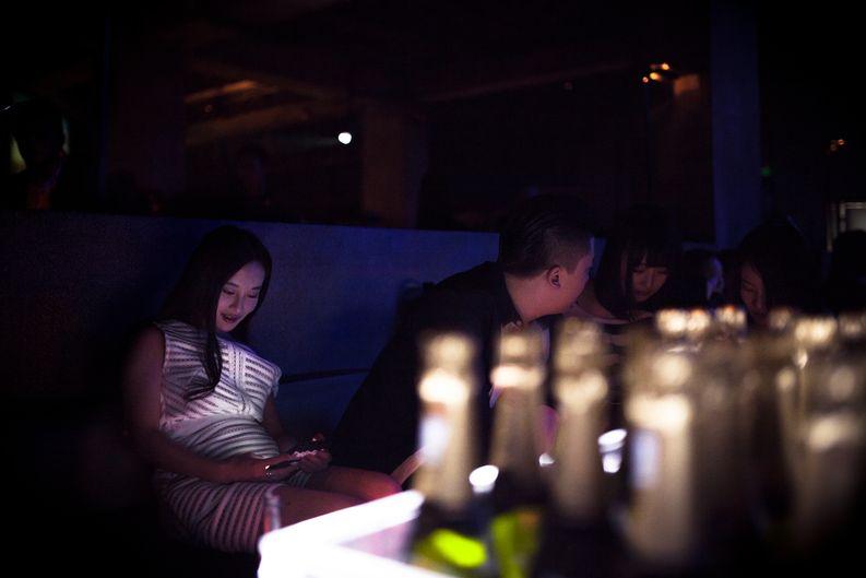 Kiinalainen uusrikas keskittyi iPhoneensa M2-yökerhossa. Kuva: Nina Karlsson.