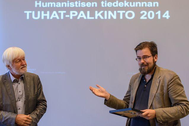 Niklas Jensen-Eriksen sai tiedekunnan Tuhat-palkinnon vuonna 2014. Kuvassa Niklaksen kanssa dekaani Arto Mustajoki. Kuva: Mika Federley
