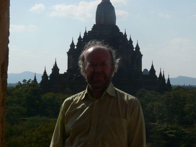 Professori Henry Baconin yksi intohimo on kulttuurimatkailu. Kuvassa hän on Baganin temppelialueella Myanmarissa. Kuva: Henry Baconin yksityisarkisto.