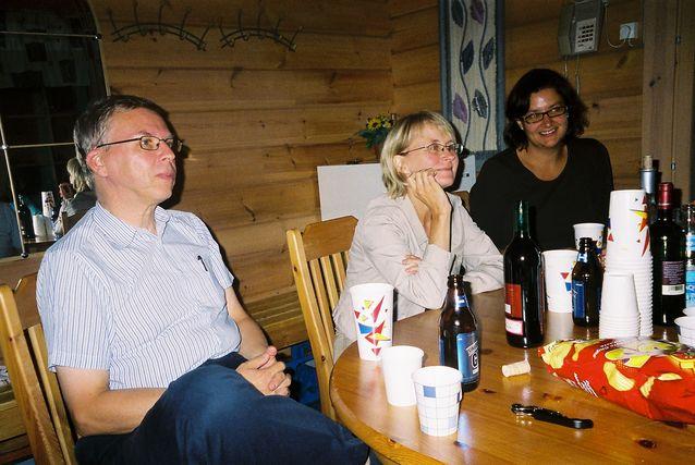 Ranskan oppiaineen suunnittelupäivän illanvietto syksyllä 2006 Lepolammen kurssikeskuksessa. Kuvassa vasemmalta prof. Juhani Härmä,  prof. Mervi Helkkula ja dos. Ulla Tuomarla.
