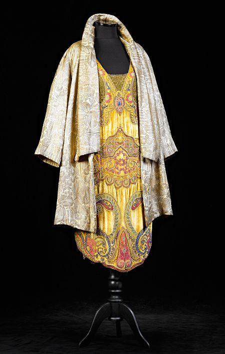 Vuonna 1924 valmistettu samettipuku on kirjailtu käsin tuhansilla pistoilla ja helmillä.