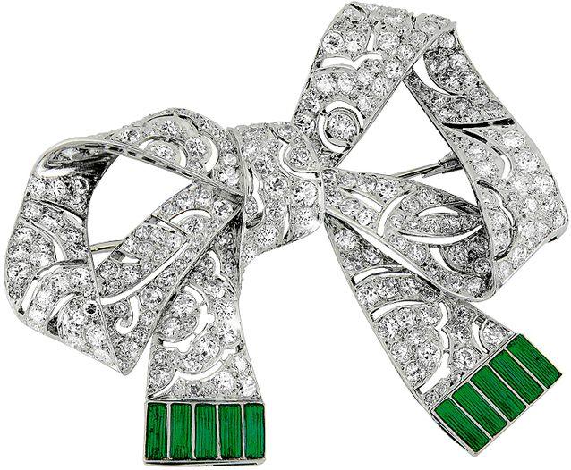 A. Tillanderilla vasta myytyä platinaista jalokivirintaneulaa koristava timantit ja vihreä emalointi. Koru on vuodelta 1914. Kuva Oy Alexander Tillander Ab.