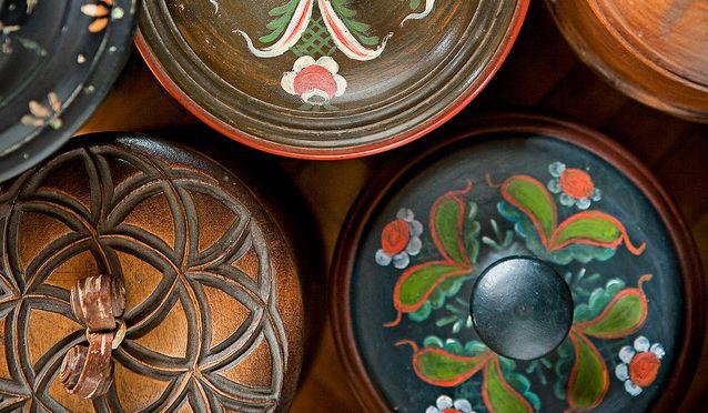Kalevala Korun puuesineet ovat kaunista ja taidokasta käsityötä. Rasioiden kannet ovat viehkeitä niin kaiverrettuina kuin maalattuinakin.