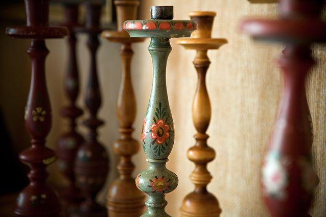Kynttilänjalat olivat koteihin sopivia koriste-esineitä. Niissä näkyy puun upea käsittely ja herkulliset värit.