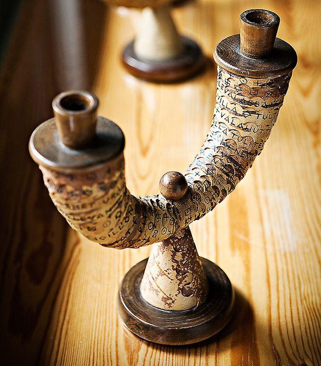 Esineisiin käytettiin myös tuohta, johon oli helppo kaivertaa koristeita. Tulen synty -kynttelikköön on kirjoitettu runo.