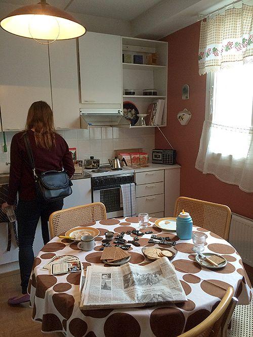Kasarikeittiössä on aamiainen meneillään. Kaappeihin saa kurkistella.