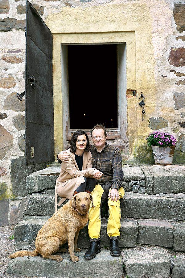 Saara Kankaanrinta, Ilkka herlin ja Reina-koira Kuitian linnan portailla.