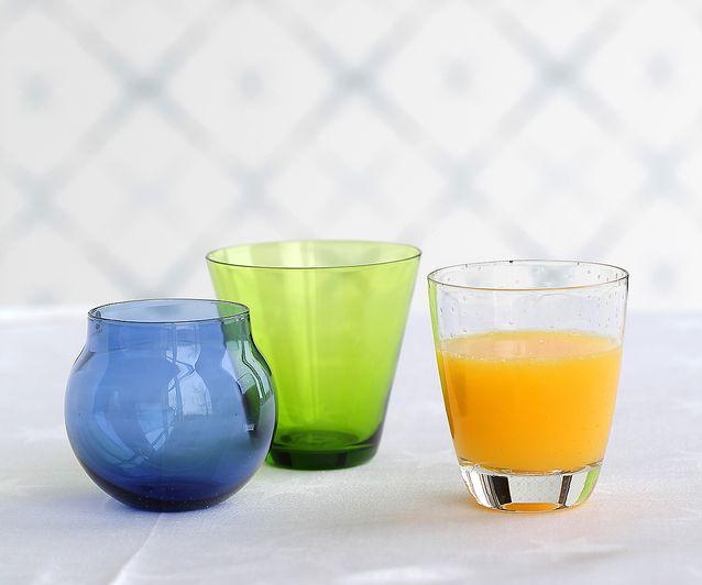 1950-luku toi kattauksiin modernit lasit, joista nautittiin niin mehuja kuin viinejäkin. Timo Sarpanevan i-sarjan pallolasi 12 e, Momono. Kaj Franckin vihreä lasi, Nuutajärvi 1953, 14 e, ja Gunnel Nymanin piikkimuotiin puhallettu lasi, Nuutajärvi 1947–64, 34 e, Old Times.