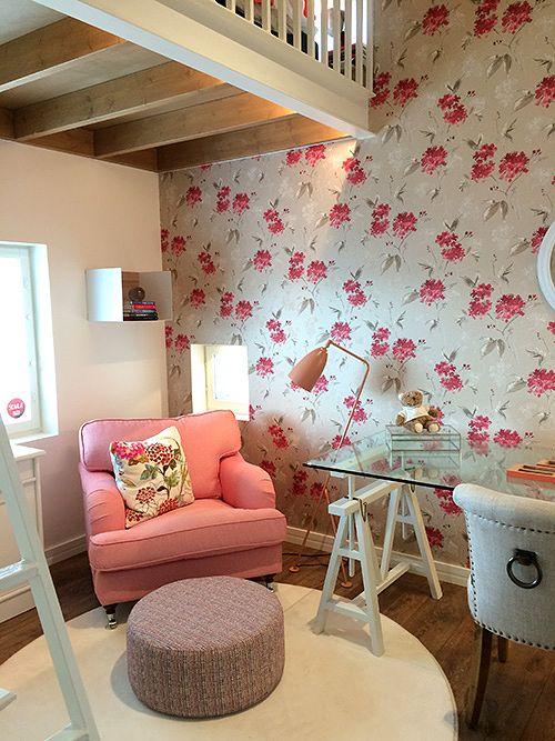 Messutalo 28, Passiivikivitalon Kosteusturvatalo, korostaa rakenteiden kuivana pysymistä. Moneen taloista on sisustettu vaaleanpunasävyinen tytön huone, niin tähänkin. Tapetti on Cat205.