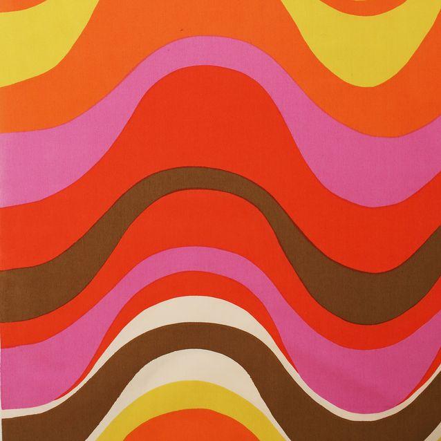 Aalto-kuvio on koko kankaan levyinen ja muodostuu viidestä eri väristä. Kaarevat ja pyöreät muodot olivat 1960-luvulla suosiossa eri valmistajien painokankaissa.