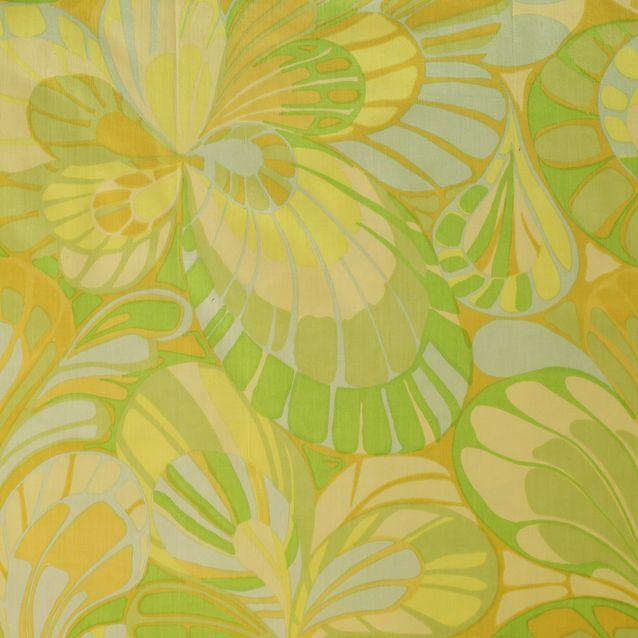 Perhonen-kuosin aiheena on perhosen siipeä muistuttava kuvio. Väritys muodostuu yhden värin läheisistä sävyistä, mitä aiemmin pidettiin sopimattomana yhdistelmänä. Eihän sinistä ja turkoosia tai oranssia ja aniliininpunaista voi yhdistää! Perhosta tehtiin 10 eri värivaihtoehtoa.