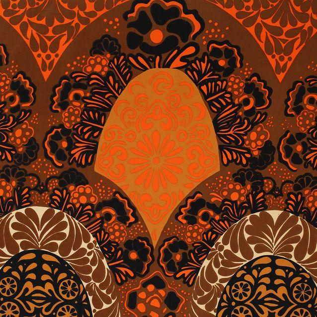 Venetzia-kuosin tunnelma muistuttaa renessanssin ylellisiä silkkikankaita, joiden kuviomaailma antoi painokankaiden aiheita myös muiden tehtaiden suunnittelijoille.