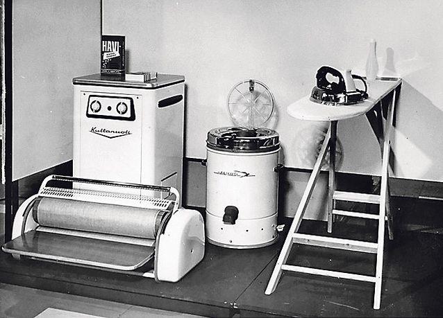 Pyykkihuoltoon liittyviä kodinkoneuutuuksia esiteltiin Marttojen Koti 60 vuotta -näyttelyssä 1959.