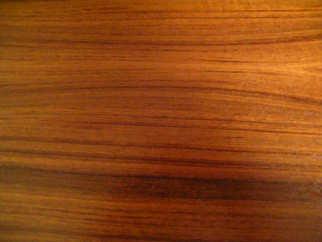 Tiikistä tuli muodikas sisustusmateriaali huonekaluissa sekä puuviilunapintana hienoimmissa laakaväliovissa ja ovilistoituksissa.