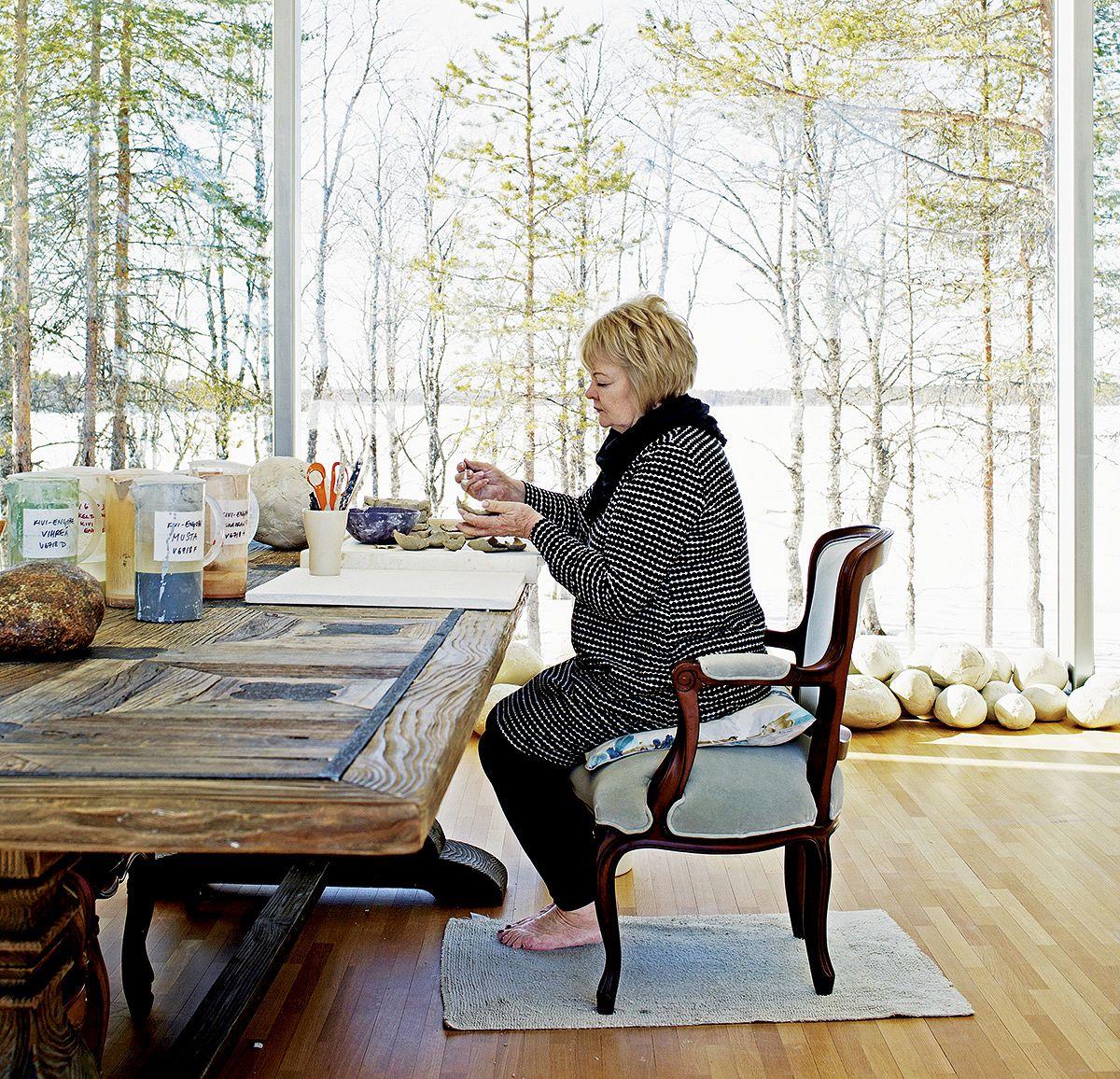Anu Pentikin työhuoneesta avautuu näkymä Kitkajärvelle. Lattialla on hänen  tekemiään keramiikkakiviä b579f8adc3