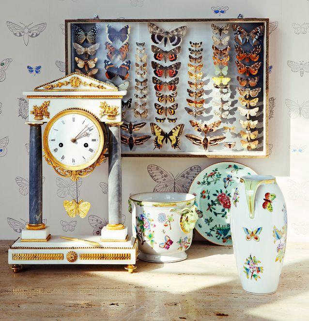 Vanhan perhoskokoelman ensimmäiset perhoset ovat 1960-luvulta, 130 e, Occasion. Ranskalainen pöytäkello on uusklassismia 1780-luvulta, marmori ja polttokullattu pronssi, emaloitu kellotaulu, 4 400 e, Longitudi. Perhosaihe heilurissa yhdistetään ranskalaisissa kelloissa kreikkalaisen mytologian kauneuden jumalattareen Afroditeen. Pientä luuta jäljittelevässä paperiveitsessä on metalli- ja emaliupotuksin toteutettu perhoskoriste, 24 e, Antiikki Maini ja Veli. Käsin maalattu posliinivaasi ja -ruukku ovat unkarilaisen Herendin 1950-luvun tuotantoa, 140 ja 220 e, Pekantik. 1800-luvun kiinalainen Celadon-lautanen on yksityiskokoelmasta.
