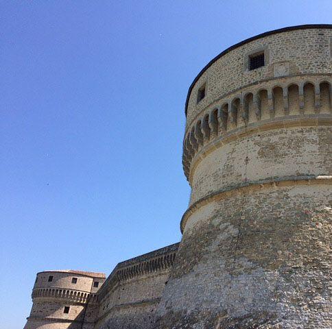 San Leonin keskiajalla rakennetussa linnassa on renessanssin aikana kehitetyt pyöreät tornit.