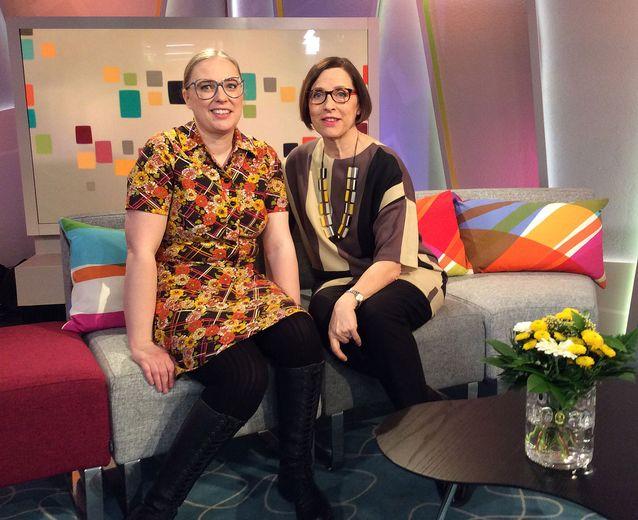 Rynttyliisa alias Maija Lehtisaari ja päätoimittaja Maija Toppila Ylen aamu-tv:n studiossa.