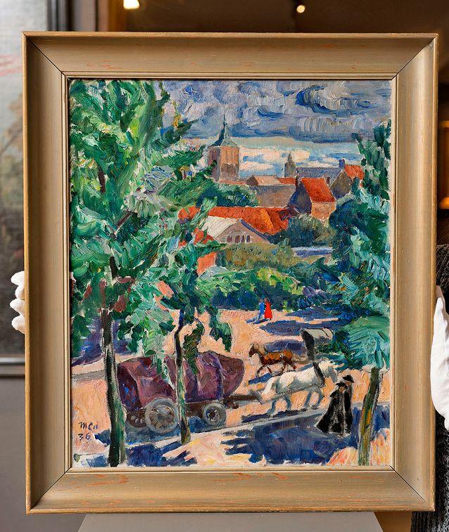 Marcus Collin: Kaupunkinäkymä, signeerattu 06, (1906). Hevosvankkurit ja katoliset papit kertovat heti, että aihe on ulkomailta. Kirjallisuudesta selviää, että Marcus Collin maalasi kesällä 1936 Belgian Bryggessä.