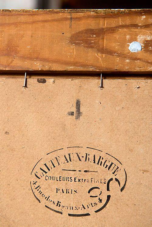 Taulun takaa voi löytyä tietoa näyttelyhistoriasta tai maalauspaikasta, tässä tapauksessa pariisilaisen taiteilijatarvikeliikkeen leima, joka sopii yhteen taiteilijan elämäkertatietojen kanssa: Kleineh maalasi tämän taulun signeerauksen aikaan Pariisissa.