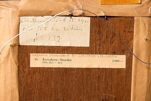 Näyttelymerkinnät ovat usein teoksen taakse kiinnitettyjä paperietikettejä. Niiden paikkansapitävyys selviää vanhoista näyttelyluetteloista.
