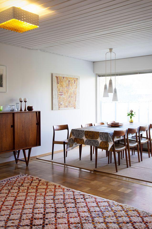 Tanskalainen Möllerin tehtaan ruokailuryhmä 1960-luvulta. Maija Isolan Mehiläispesä-kerniiliina on vuodelta 1961. Tanskalainen 1960-luvun kaappi kätkee sisälleen peilin ja valaisimen. Katja Weiland-Särmälä on kerännyt sinne vanhoja savukeaiheisia tavaroita, sillä kaappi tuoksui valmiiksi tupakalta. Kuva Kristiina Hemminki.